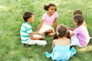 kinder spielen im garten 300x199 Spielzeuge für Tageskinder   Pädagogisch wertvolle Beschäftigungen bei der Tagesmutter